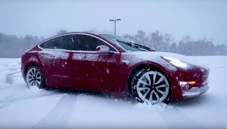 Tesla Model 3 in sneeuw